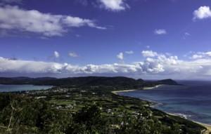 コースの見どころの一つの加世間峠から見える景色=9日、龍郷町