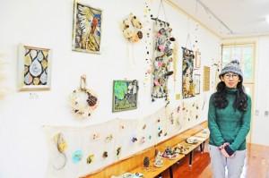 初の個展「木の実きのまま展」を開く西さん=瀬戸内町加計呂麻島の「かけろま手しごと工房」