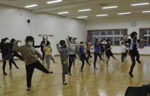 菊次郎ミュージカル本番に向け練習に励む児童生徒たち=6日、町りゅうがく館
