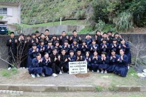 創立10周年を記念し、植樹されたスモモの木の成長を願う大和中学校の全校生徒たち=2020年12月23日(大和中学校提供)