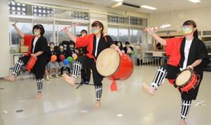 後夜祭でエイサーの演舞を披露する沖永良部高校の生徒=22日、沖永良部高校