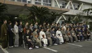 本場奄美大島紬に身を包み記念撮影する職員たち=6日、奄美市名瀬の大島支庁