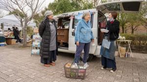 奄美の味を伝えるキッチンカー「みしょれ」号。店主の久保綾子さん(右)と母の美智子さん(左)=12月、千葉県佐倉市