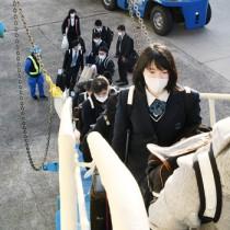 フェリーに乗り込む徳之島高校の受験生ら=14日、徳之島町亀徳新港