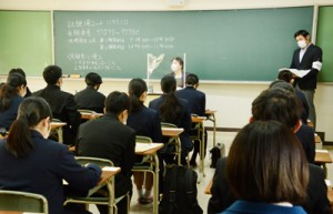 試験開始を待つ受験生=16日、奄美市名瀬の県立大島高校