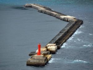 復旧工事を終えた名瀬港沖防波堤=28日、奄美市 (本社小型無人機で撮影)