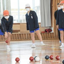 パラリンピック正式種目「ボッチャ」を体験する児童ら=13日、和泊町の和泊小学校