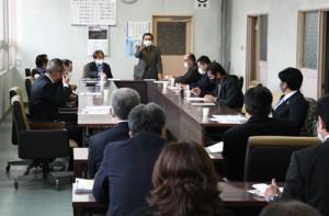 新型コロナ対策について当局側へ質疑する徳之島町議会政策提言会議のメンバー=8日、同町役場