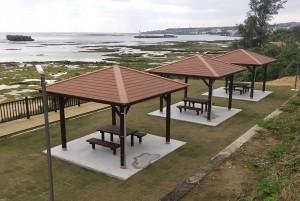 なごみの岬公園に整備した休憩施設=13日、徳之島町亀徳