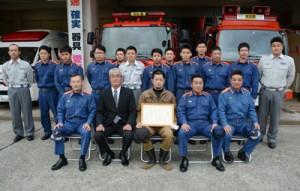感謝状を受け取った市來さん(前列中央)=27日、沖永良部与論地区消防本部