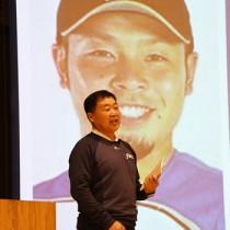 プロ野球で活躍する近藤健介選手の幼少期のエピソードなどを紹介する父・義男さん=17日、天城町天城