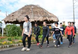 沖永良部島1周を目指して歩を進める国頭小の児童=23日、知名町住吉