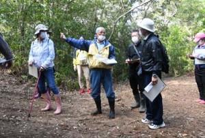 受講生が自然や歴史など地域の魅力を紹介したエコツアーガイド初期段階育成事業の集落歩きツアー=20日、伊仙町検福