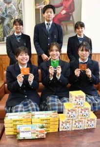 特産品のバレイショを使った菓子を開発した徳之島高校の生徒