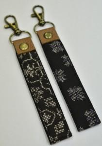 卒業生へ贈られる本場奄美大島紬のストラップ