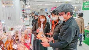 人気を集めた黒糖の販売コーナー=2月25日、東京・池袋の東武百貨店