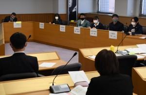 県政や地域の課題について高校生と県議が質疑応答した意見交換会=鹿児島市