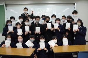 難民への古着支援に協力した大島高校の有志生徒ら=6日、奄美市名瀬