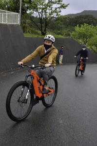 Eバイクの乗り心地を体感する試乗会の参加者=2月28日、龍郷町