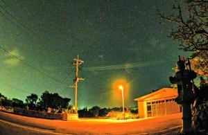 与論町が設置した光害発生を抑える防犯灯と星空(提供写真)