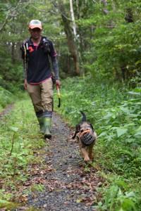 マングースの痕跡を確認するバスターズのメンバーと探索犬