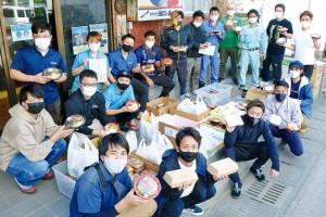 医療従事者らへ弁当を無償提供した町商工会青年部の会員ら=6日、与論町