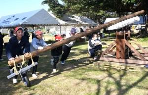 サタグルマを使ったサトウキビ搾りも体験した児童ら=4日、伊仙町喜念小学校