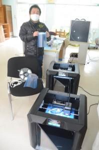 3Dプリンターによるフェースガード作り=19日、奄美市名瀬の旧大島工業高校跡地