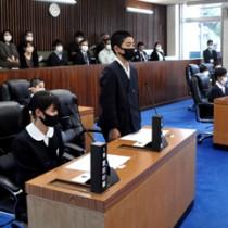 小学生が議員となって当局に村の課題などを質問した子ども議会=22日、大和村役場