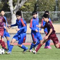 決勝でボールを競り合う神村学園と朝日の選手=2日、南さつま市のOSAKO YUYA stadium