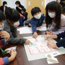 お金の上手な使い方などについて学ぶ児童ら=1月30日、和泊町
