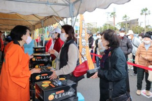 タンカンファンらでにぎわった奄美たんかん販売会=13日、鹿児島市(提供写真)