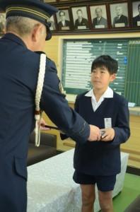 中野誠奄美署長から感謝状を受け取る朝日小4年の松村恵太君(右)=3日、朝日小学校