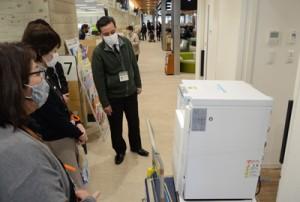 奄美市役所に到着した超低温冷凍庫を確認する市職員ら=17日、同市名瀬