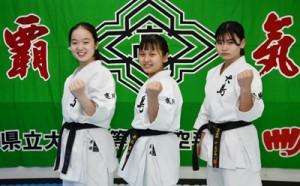 特別枠で出場を決めた大島女子の(左から)平田、米丸、藤田=22日、奄美市名瀬の大島高校
