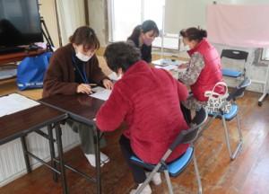 各地区を巡回してマイナンバーカード申請のサポートをする町職員ら=17日、龍郷町安木屋場(提供写真)
