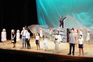多くの来場者の感動を呼んだ町民創作方言劇「ヒーヌムンの生まれた海」=23日、知名町のおきえらぶ文化ホールあしびの郷・ちな
