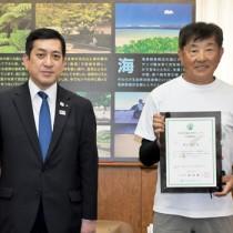 全ルート約550㌔を踏破し、塩田知事(左)から証明書を手渡された野元さん=25日、鹿児島市の県庁