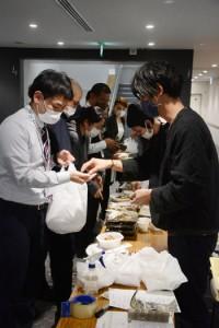 人気店の味を求めて行列ができた弁当販売会場=5日、奄美市役所