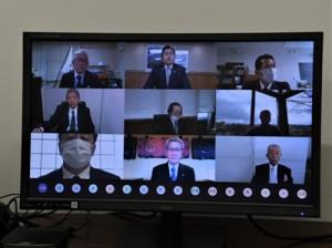 オンライン上で意見を交わす赤羽大臣(上段中央)など出席者=18日