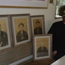 田中一村作の肖像画と金井さん=1月26日、龍郷町戸口