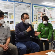 奄美の調査研究について対談した(左から)川西氏と鵜川氏=20日、奄美市名瀬