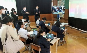 ICT機器を活用した遠隔合同授業の様子を見学する参加者ら=9日、徳之島町母間