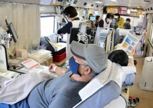 奄美大島地区で始まった巡回バスでの献血=16日、瀬戸内町役場