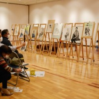美術愛好家ら12人が参加した人物画講座=28日、奄美市笠利町の田中一村記念美術館