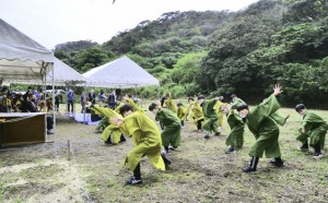 児童生徒が歌と踊りで功績をたたえた西郷菊次郎生誕160年祭=13日、龍郷町龍郷