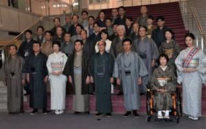 大島紬に身を包み本会議に出席した県議ら=26日、県議会庁舎