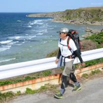 沖永良部島の奄美トレイルコースを歩く野元さん=7日、和泊町