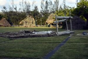 台風で全半壊した高倉群=18年10月2日、奄美文化センター