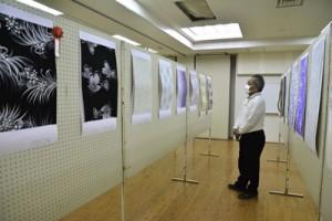 児童生徒と一般の計149点を製造業者が審査した紬原図コンテスト=25日、奄美市